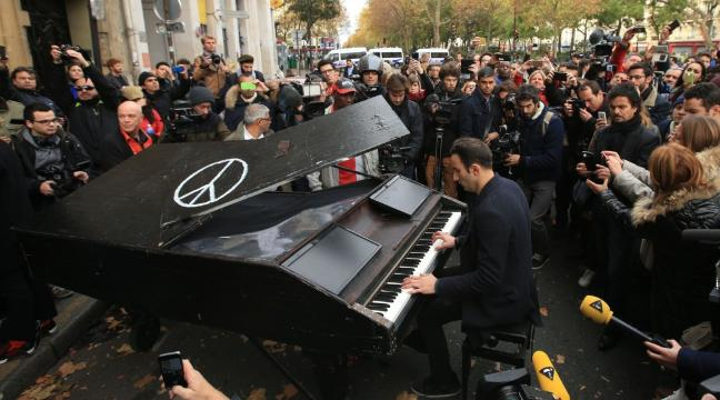 a-man-took-his-piano-to-the-bataclan-concert-hall-to-play-john-lennons-imagine-136401660062203901-151114144022.jpg