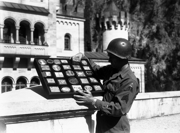 American solider with Nazi gold