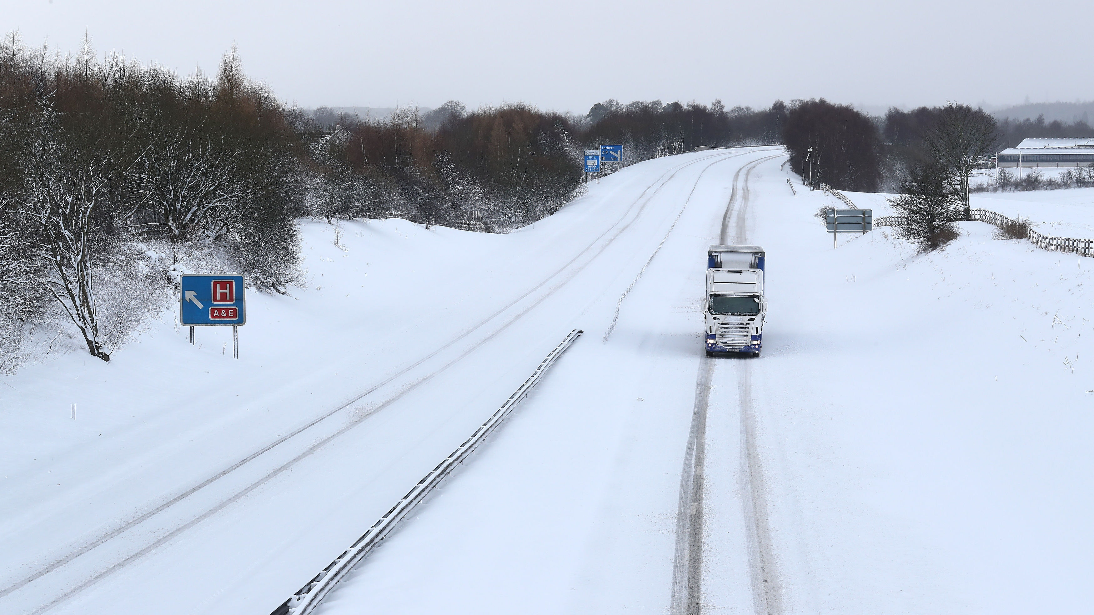 Heavy snowfall overnight as United Kingdom prepares for day of winter chaos