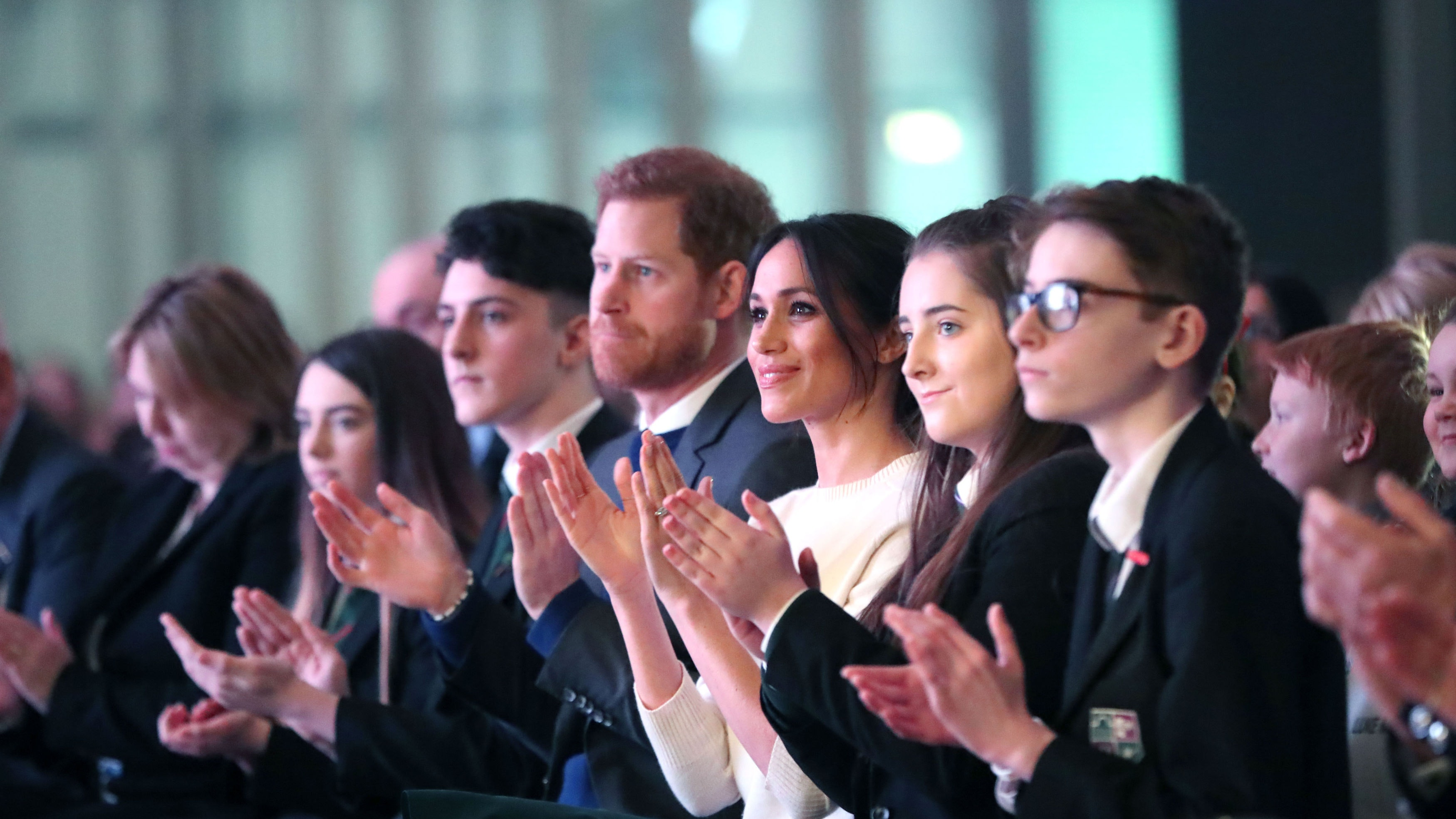 Harry and Meghan delight crowds in Belfast with pub visit