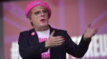 Eddie Izzard urges voters to keep faith with EU in university debate