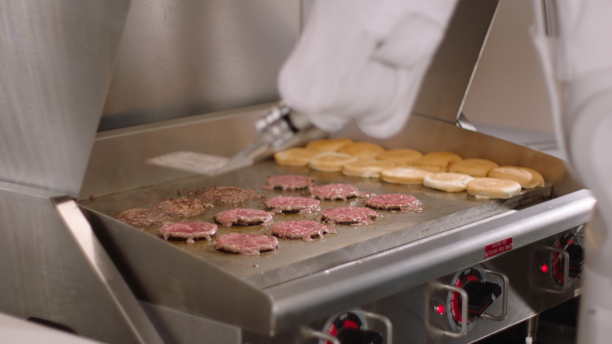 Burger-Flipping Robot Mans Grill at California Fast Food Chain, Replacing Workers