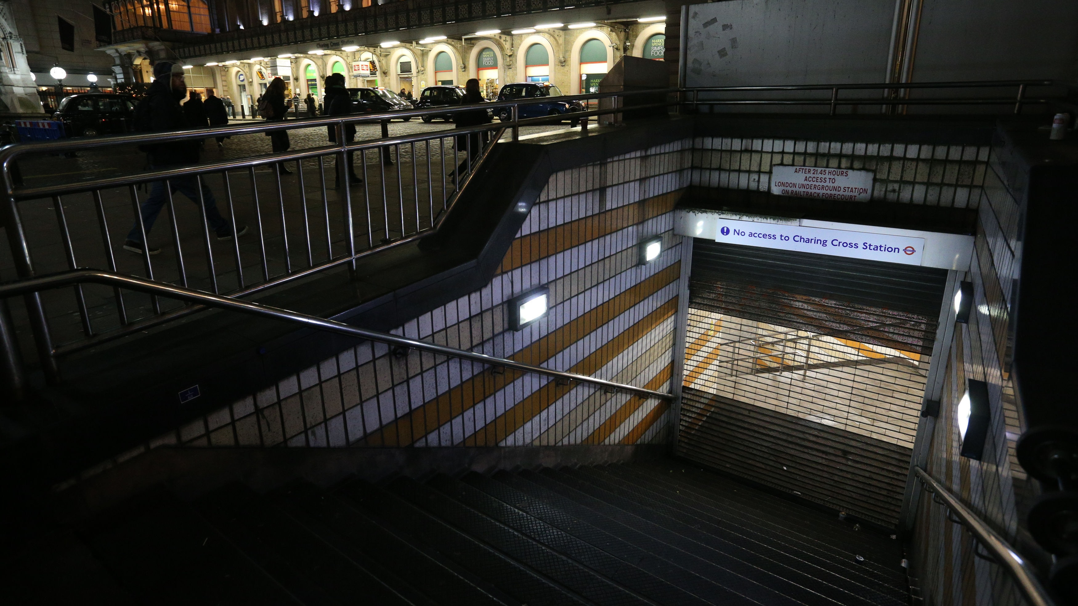 Gas leak shuts London's Charring Cross station