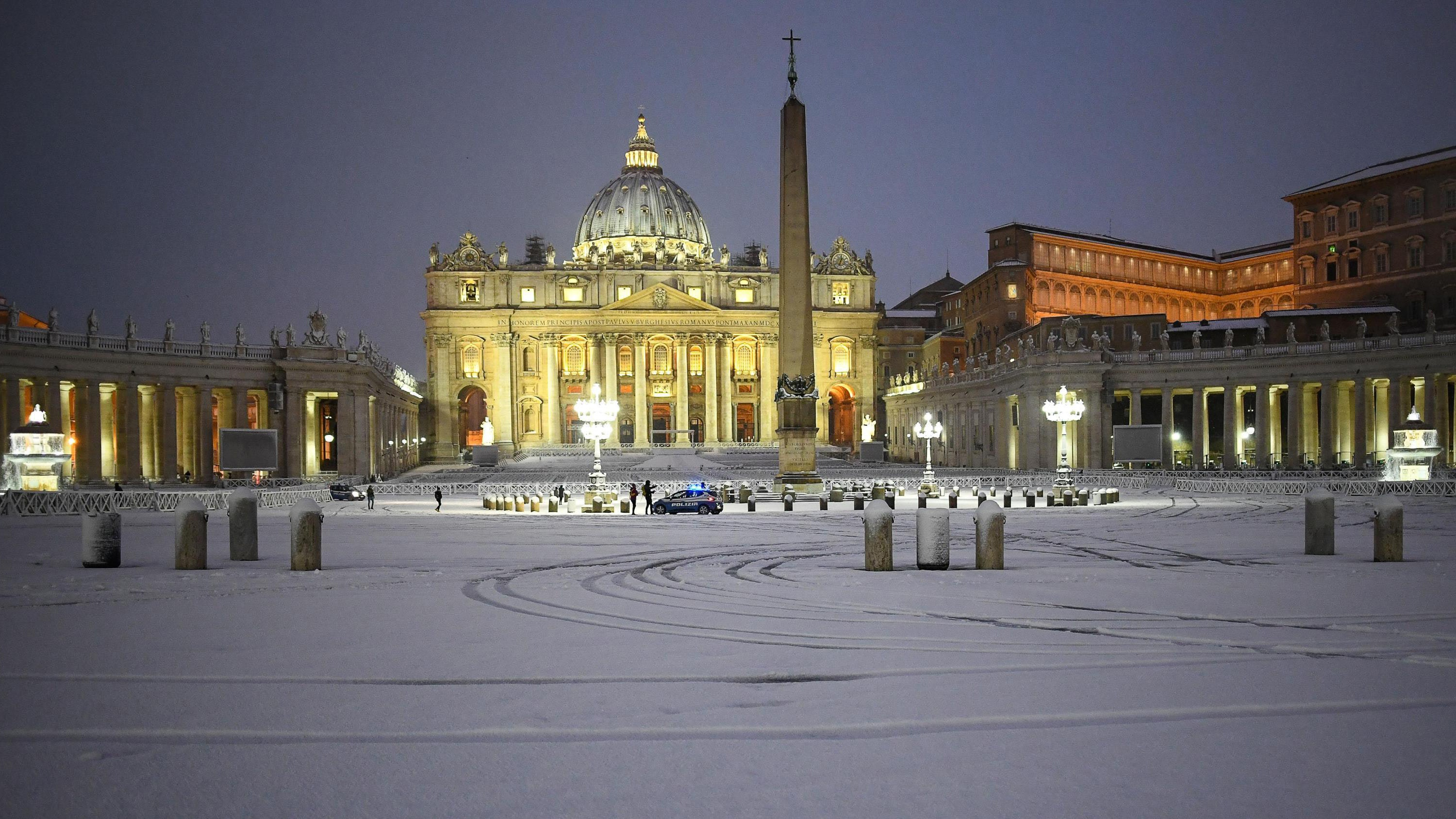 Rare Snow Snarls Travel in Rome, Creates Winter Wonderland