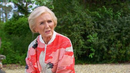 Mary Berry looked stunning in her pink bomber jacket (Screengrab/BBC)