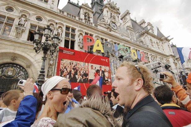 Parisians at the city's Hotel de Ville react with shock at the news that London has beaten Paris to the 2012 Games.