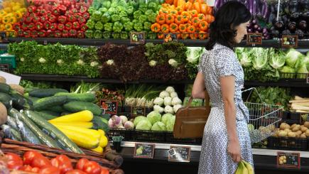 This British Supermarket Chain Is Introducing Plastic-Free Fruit and Veg Areas People-have-been-using-this-ingenious-hack-for-plastic-free-food-shopping-136424259317510401-180111111030
