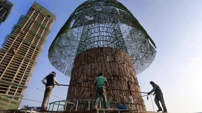 They Say Theyre Building Worlds Tallest >> Sri Lankans Rush To Build World S Tallest Christmas Tree On Time Bt