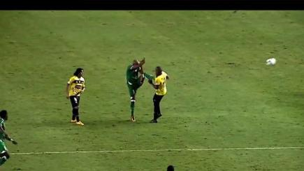 Striker gets kung-fu Cantona kicked in Ecuador
