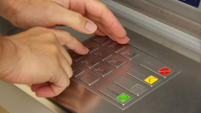 Tampered ATMs: police warn that an old scam is making a