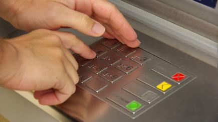 Tampered ATMs: police warn that an old scam is making a comeback
