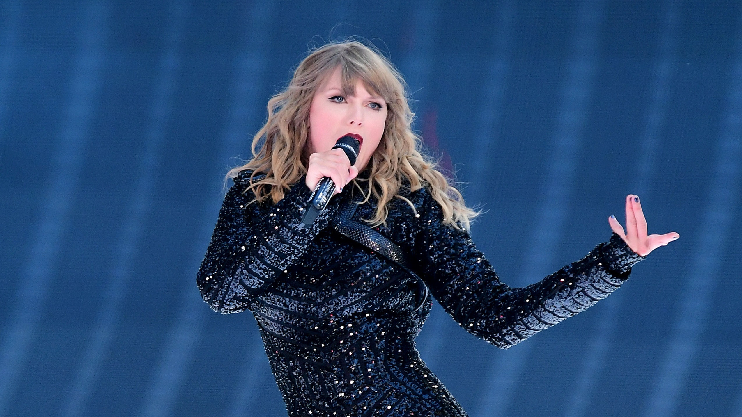 Taylor Swift's Floating Platform Malfunctions:
