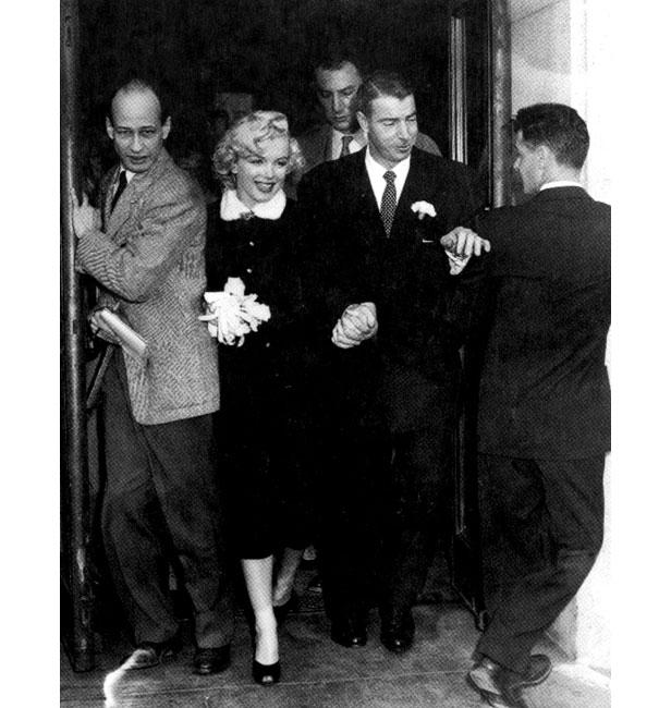 Marilyn Monroe and Jo DiMaggio leaving their wedding venue.
