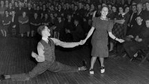 Man doing splits while lindy hop dancing