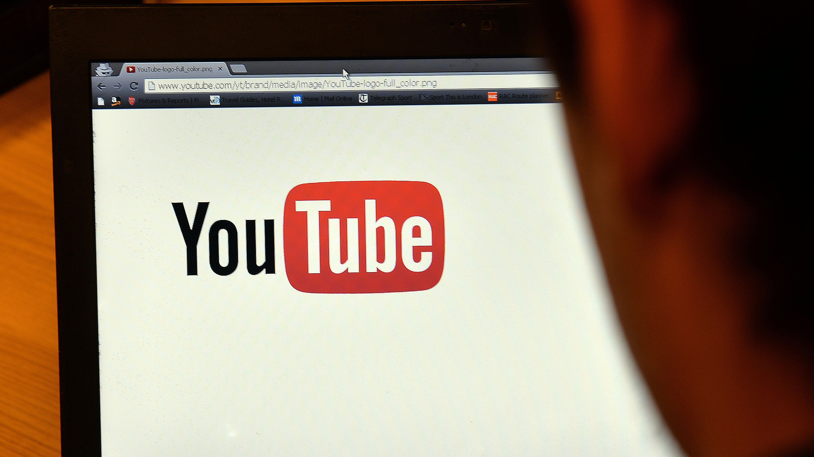 YouTube takes on conspiracy videos, offering fact-check links while watching