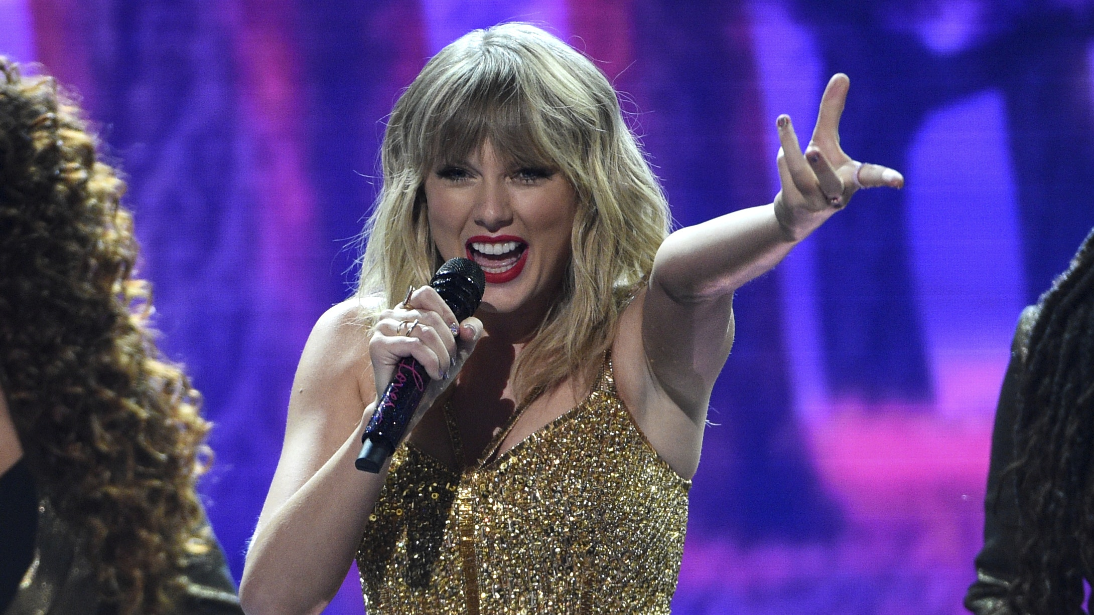 Artist Of The Decade Taylor Swift Dominates The American Music Awards Bt