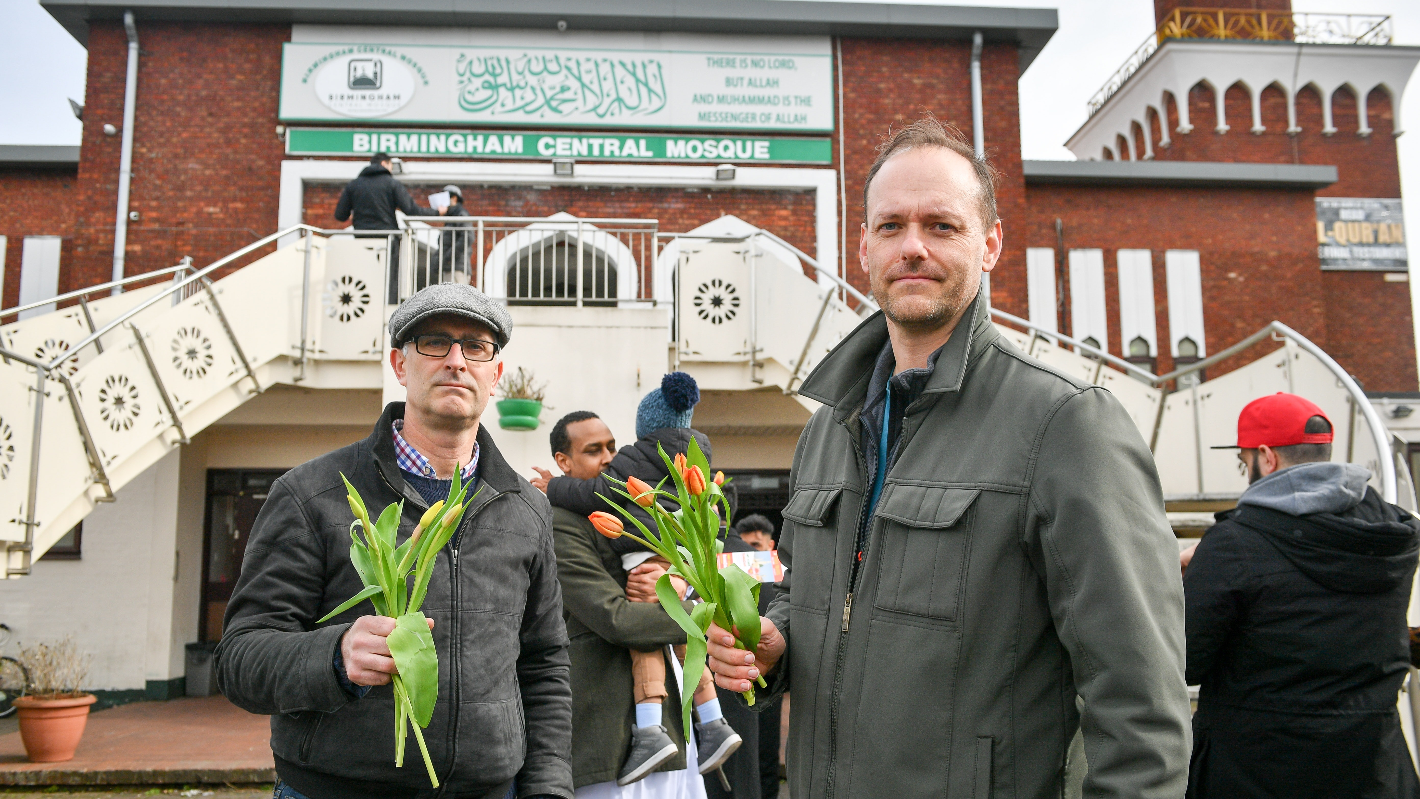 New Zealand Terror Attack Video Wallpaper: Christians Hand Out Flowers At Birmingham Mosque After New