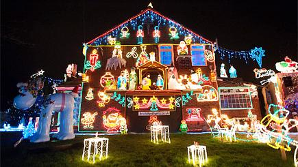 Festive Family Decorate House With 163 150 Snow Machine And